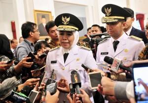 Gubernur Jatim Khofifah Indar Parawansa didampingi Wagub Emil E. Dardak menjawab wartawan usai pelantikan di Istana Negara, Jakarta, Rabu (13/2) sore. (Foto: JAY/Humas)