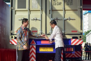 Presiden Jokowi didampingi Dirut PT Mayora Indah Tbk mengunci kontainer sebelum melepas ekspor ke-250 ribu kontainer perusahaan itu, di Cikupa, Tangerang, Banten, Senin (18/2) sore. (Foto: AGUNG/Humas)