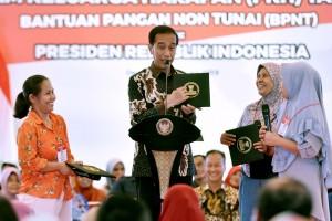 Presiden Jokowi berdialog dengan penerima PKH, di Graha Insan Cita (GIC) Bakti Jaya, Sukmajaya, Kota Depok, Jawa Barat, Selasa (12/2) sore. (Foto: OJI/Humas)