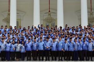 Presiden Jokowi berfoto bersama peserta Rakornas KORPRI 2019, di halaman Istana Merdeka, Jakarta, Selasa (26/2) siang. (Foto: AGUNG/Humas)
