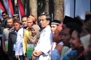 Presiden Jokowi dalam salah satu acara penyerahan sertifikat perhutanan sosial. (Foto: Facebook Presiden Joko Widodo)