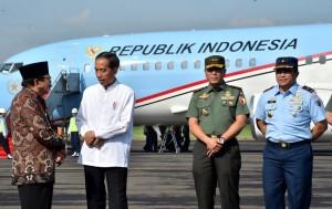 Presiden Jokowi berbincang dengan Gubernur Jatim Soekarwo setibanya di Pangkalan TNI AU Iswahyudi, Madiun, Jumat (1/2) pagi. (Foto: Setpres)