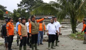 BNPB Head Doni Monardo inspects evacuation process of flash flood victims in Sentani, Jayapura, Papua province, Tuesday (19/3). (Photo by: BNPB PR)