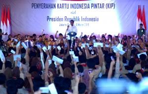 Presiden Jokowi menghitung KIP yang diserahkan kepada 3.300 siswa SD, SMP, SMA/SMK, di SLB Negeri Pembina, Lebak Bulus, Jakarta, Rabu (6/3) siang. (Foto: Rahmat/Humas)