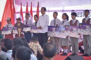 Presiden Jokowi berfoto bersama siswa perwakilan penerima KIP, di SMK Negeri 1 Balige, Kabupaten Toba Samosir, Sumut, Jumat (15/3) pagi. (Foto: AGUNG/Humas)