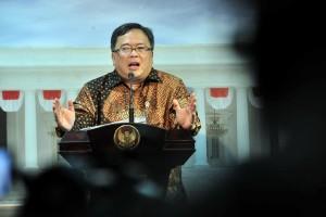 Menteri PPN/Kepala Bappenas Bambang Brodjonegoro menyampaikan keterangan pers usai rapat terbatas di Kantor Presiden, Jakarta, Senin (29/4) siang. (Foto: JAY/Humas)