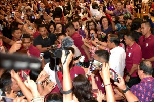 Presiden Jokowi melayani permintaan warga yang ingin berswa foto dengan dirinya saat menghadiri silaturahmi KGM X dan PGI, di Hotel Sultan Raja, Manado, Sulut, Minggu (31/3) malam. (Foto: Rahmat/Humas)