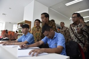 Presiden Jokowi didampingi Seskab Pramono Anung mendengarkan cerita yang dibacakan penyandang disablitas, saat berkunjung ke Perpustakaan Nasional, di Jakarta, beberapa waktu lalu. (Foto: IST)