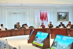 Presiden Jokowi didampingi Wapres Jusuf Kalla memimpin rapat terbatang tentang pemindahan ibu kota, di Kantor Presiden, Jakarta, Senin (29/4) siang. (Foto: JAY/Humas)