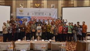 Deputi DKK Setkab Yuli Harsono berfoto bersama peserta Rakor dan Forum Konsultasi Publik di Hotel Savero, Depok, Jumat (3/5). (Foto: Humas/Oji)