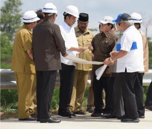 Presiden Jokowi dan sejumlah pejabat berdiskusi di Bukit Soeharto, Kab. Kutai Kartanegara, Kaltim, saat mengunjungi lokasi tersebut Selasa (7/5) siang. (Foto: ANGGUN/Humas)