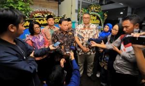 Ketua Bawaslu Abhan menjawab wartawan usai mengunjungi rumah salah satu pengawas yang wafat di Duren Tiga, Pancoran, Jakarta Selatan, Selasa (30/4). (Foto: Humas Bawaslu)