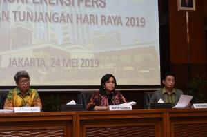 Menkeu Sri Mulyani Indrawati mengumumkan realisasi pencairan THR bagi PNS, prajurit TNI, anggota Polri, dan Pensiunan, di kantor Kemenkeu, Jakarta, Jumat (24/5) siang. (Foto: Humas Kemenkeu)