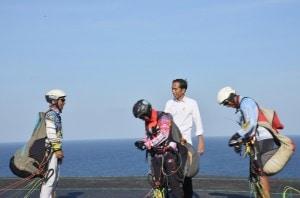 Presiden Jokowi berbincang dengan atlet para layang saat meninjau Desa Kutuh, di Kuta Selatan, Bali, Jumat (17/5) siang. Desa ini mengembangkan Sport Tourism dengan Dana Desa. (Foto: OJI/Humas)