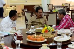 Menteri ATR/Kepala BPN Sofyan Jalil berdiskusi dengan stafnya sebelum mengikuti rapat terbatas di Kantor Presiden, Jakarta, Jumat (3/5) pagi. (Foto: Rahmat/Humas)