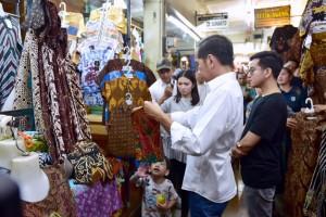 President Jokowi shops for batik clothing at Beringharjo market, Yogyakarta. (Photo by: BPMI)