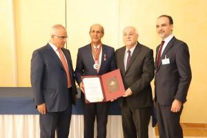 Duta Besar Hasan Kleib menerima penghargaan dari Palestina pada upacara khusus di Gedung PBB, Jenewa, Jumat (28/6). (Foto: Kemenlu)