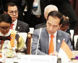 Presiden Jokowi menghadiri sidang pleno KTT ASEAN, di Hotel Athenee, Bangkok, Thailand, Sabtu (22/6). (Foto: Dinda M/Humas)
