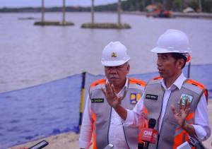 Presiden Jokowi menjawab wartawan usai meninjau lokasi Rehabilitasi, Peningkatan, dan Penataan Kawasan Wisata Waduk Muara, di Nusa Dua, Kota Denpasar. Jumat (14/6) sore. (Foto: AGUNG/Humas)