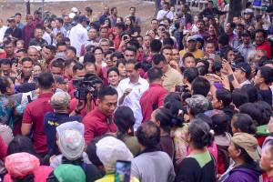 Warga berdesak-desakan mendekat ke Presiden Jokowi dan Ibu Negara Iriana, saat berkunjung ke Pasar Sukawati, di Kab. Gianyar, Bali, Jumat (14/6) pagi. (Foto: AGUNG/Humas)