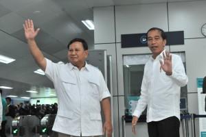 President Jokowi meets with Prabowo Subianto at Lebak Bulus MRT Station on Saturday (13/07). (Photo by: JAY/PR).