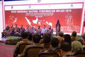 Wapres Jusuf Kalla didampingi Gubernur BI Perry Warjiyo dan sejumlah pejabat menghadiri pembukaan Rakornas Pengendalian Inflasi 2019, di Hotel Grand Sahid, Jakarta, Kamis (25/7) siang. (Foto: Depkom BI)
