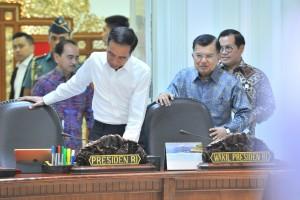Presiden Jokowi didampingi Wakil Presiden dan Seskab bersiap memimpin Rapat Terbatas tentang Perkembangan Pembangunan PLTSa, di Kantor Presiden, Jakarta, Selasa (16/7) siang. (Foto: JAY/Humas)