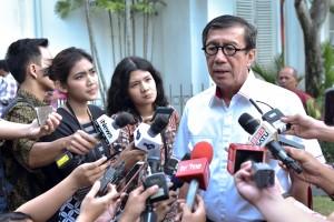 Menkumham Yasonna H. Laoly menjawab wartawan usai mengikuti sidang kabinet paripurna, di Istana Kepresidenan Bogor, Jabar, Senin (8/7) sore. (Foto: AGUNG/Humas)