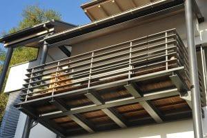 Ein Balkongeländer aus Holz hat viele Vorteile. Tipp zum Bau beschreibt Sie Ihnen genauer.
