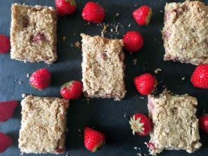 This Strawberry and Apple Oat Bar recipe is easy to follow and takes very little time. The oat bar tastes incredible - AmateurChef.co.uk