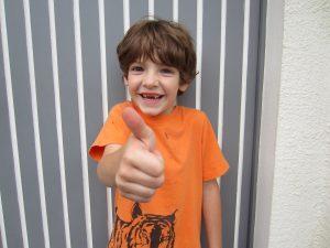 Junge mit Thumbs up - symbolisiert Nachkaufdissonanzreduktion