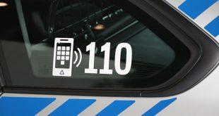 Streifenwagen blau mit Notrufnummer 110 Quelle Foto Polizei Bayern