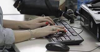 Persona trabajando en un ordenador
