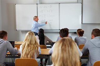 Profesor explicando en la pizarra