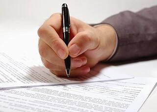 Persona firmando un contrato laboral
