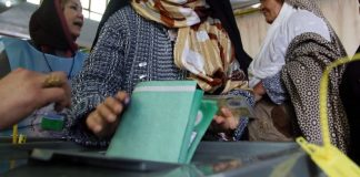 Eine afghanische Frau wählt.