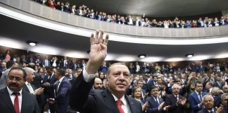 HANDOUT - Das vom Presidential Press Service zur Verfügung gestellte Foto zeigt den türkischen Präsidenten Recep Tayyip Erdogan, der am 24.10.2017 inAnkara (Türkei) winkt, bevor er zu Parteimitgliedern spricht. Nach dem Einmarsch im nordsyrischen Idlib hat Erdogan mit einem Militäreinsatz in der kurdisch kontrollierten Region Afrin gedroht.