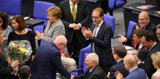 Volker Kauder, Vorsitzender der CDU/CSU-Fraktion, gratuliert dem neugewählten Bundestagspräsidenten Wolfgang Schäuble während der zur konstituierenden Sitzung des 19. Deutschen Bundestages am 24.10.2017 im Plenarsaal im Reichstagsgebäude in Berlin zu seiner Wahl.