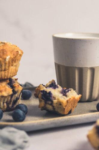 Schnelle Frühstücksmuffins mit einer heißen Milch