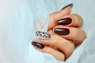 brązowe zdobienia na paznokciach