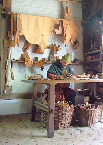 Så här kunde en skomakares verkstad se ut under medeltiden. Bild: Apex 27