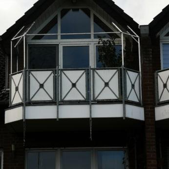 Balkonabsicherung-mit-Katzennetz-und-Ueberkletterschutz