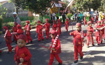 Musik Patrol Kentongan Meriahkan Karnaval TK Kepanjen Anak-Ibu pun Kompak Pawai