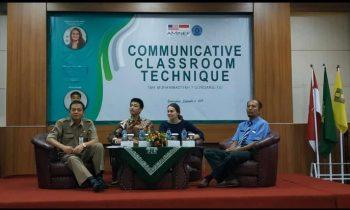 Lagi, Native AMINEF Berbagi Teknik Communicative Classroom Bagi Guru