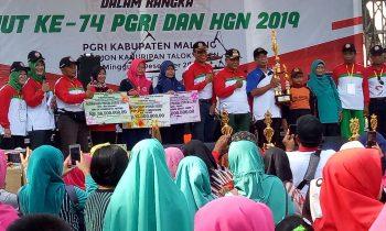 Meriah, Jalan Sehat HUT ke-74 PGRI Kabupaten Malang Penuh 'Saweran'