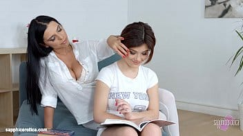 giovane studentessa si fa leccare la fichetta rosa dall'esperta insegnate milf