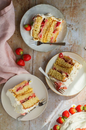 Fresh Strawberry Cake with Lemon Curd