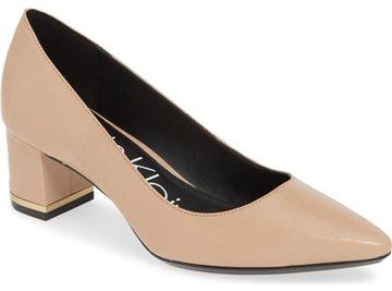 как одеваться, когда вы коротки-Calvin Klein pump | 40plusstyle.com