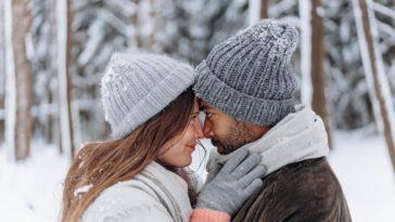 couple heureux dans la neige dossier saint valentin