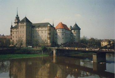 Schloss Hartenfels an der Elbe mit historischer Brücke